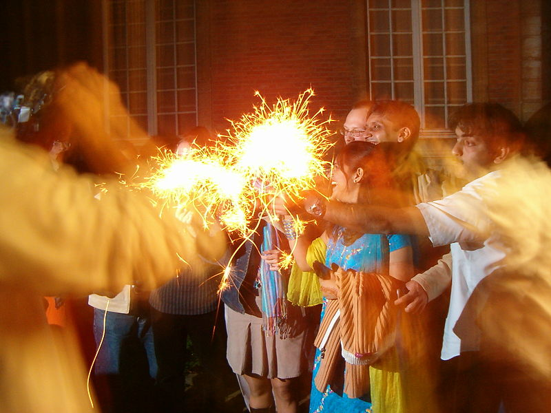 Ficheiro:Playing with sparklers on Diwali.jpg