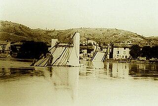 320px-Pont_entre_Condrieu_et_les_Roches_detruit_le_20_juin_1940 dans Ardèche