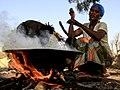 Préparation traditionnelle des noix de Cajou, fruit de l'Anacardier, île de Sipo, delta du Sine Saloum, Sénégal.jpg