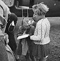 Prinses Beatrix zet haar handtekening in het poëzie-album van Joke Mulders, Bestanddeelnr 900-6100.jpg