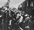 Przeładunek Żydów do wagonów kolejki wąskotorowej do Chełmna.jpg