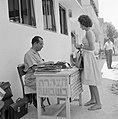 Publieke schrijvers zitten met een typemachine achter een tafel op het trottoir , Bestanddeelnr 255-1834.jpg