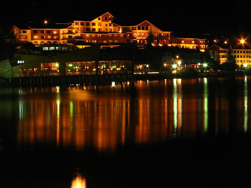File:Puerto Varas de noche.jpg