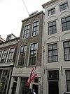 foto van Pand met gepleisterde gotische gevel voor huis van parterre en twee verdiepingen