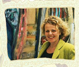 Renate Vincken voor één van haar kunstwerken