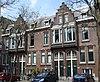 foto van Groep van vier onderkelderde stadswoonhuizen met verdieping onder dwarsgeplaatste zadeldaken met dakkapellen