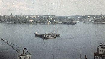 Fire delbilleder fotograferet af Gustaf Cronquist mellem 1927 og 1929 fra deres bolig højt over Stadsgården, hvor KF sidenhen byggede sine kontorhuse.   Fra denne udsøgte position dokumenterede Cronquist Stockholms liv og trafik i mange år.