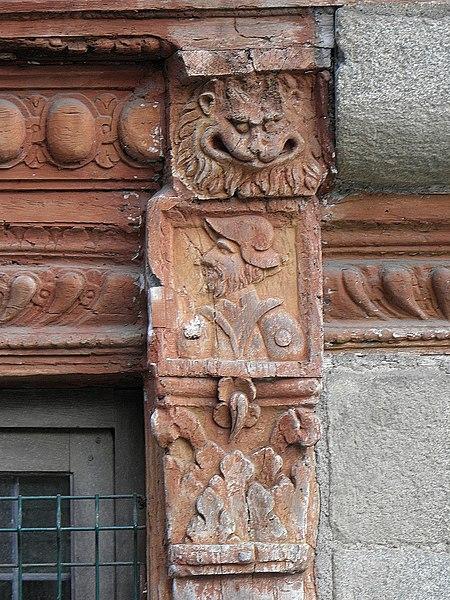 Détail sculpté de l'Hôtel des Ducs de Bretagne ou Maison du Chapeau Rouge (1572), place Louis Guilloux, à Saint-Brieuc (22).