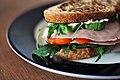 Sandwich med skinke, avocado og tomat (8372283347).jpg