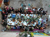 Sentados a la mesa en Can Masdeu.JPG