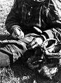 Skallesøm. En person syr skaller. Lyngen, Troms 1947 - Norsk folkemuseum - NF.13712-008.jpg