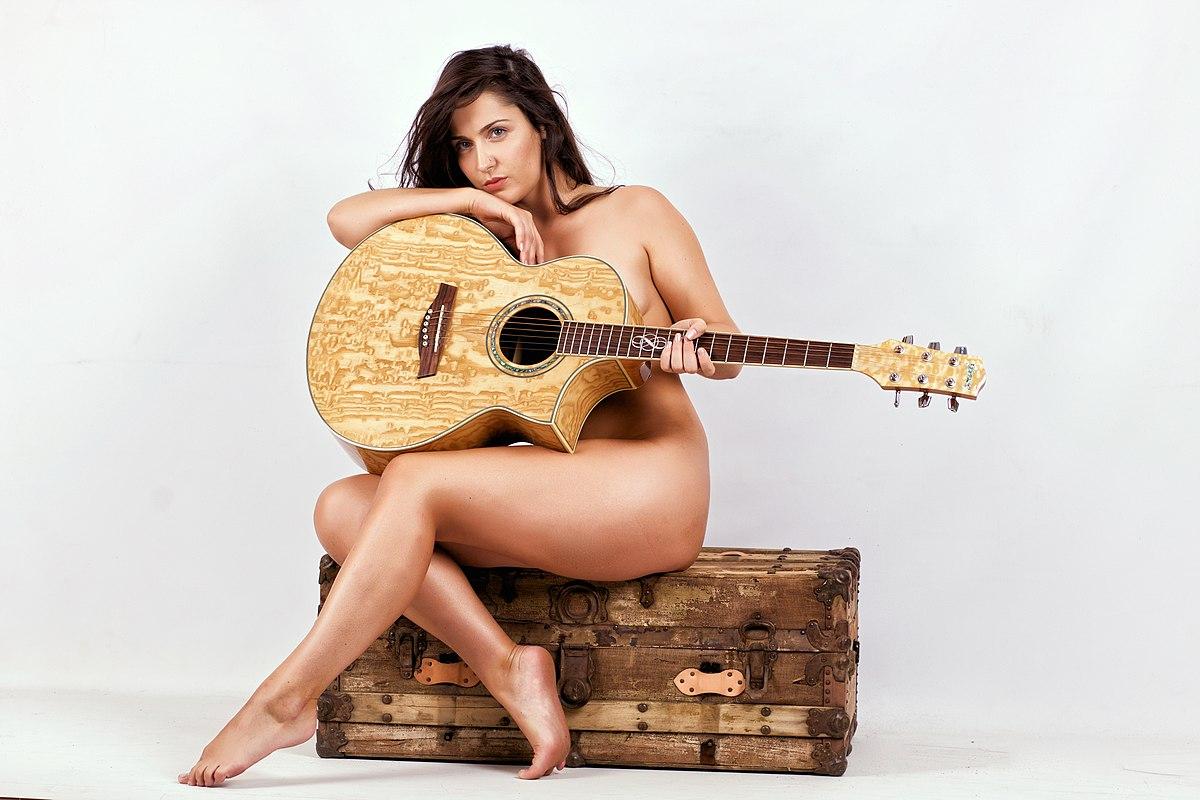 zhenshina-telo-formi-gitari-foto-porno-video-muzhik-ne-mozhet-drochnut-na-babu