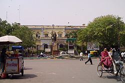 टाउन हॉल, दिल्ली नगर निगम का मुख्यालय, चांदनी चौक, दिल्ली में स्थित है।