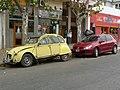 Trenque Lauquen - convivencia de auto moderno con citrógeno, estacionados.jpg