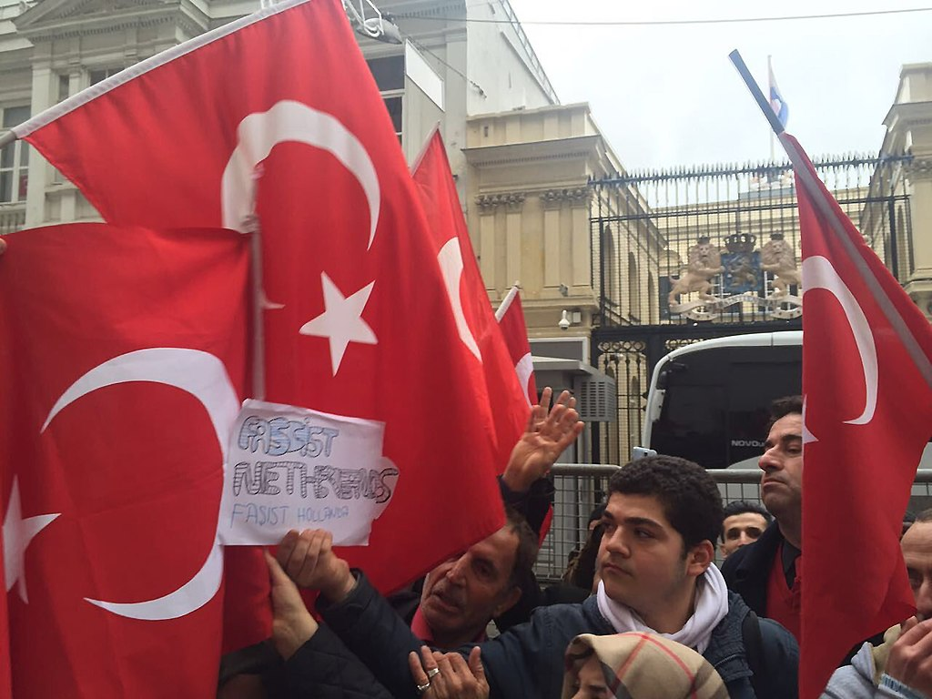 Turkish people protesting the Netherlands
