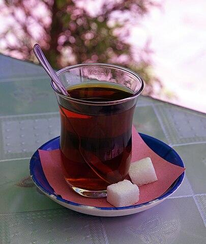 En kopp te med sockerbitar.