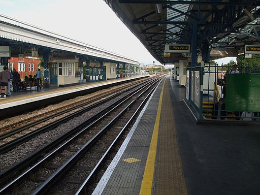 Turnham Green stn westbound Piccadilly look east