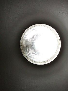 UNE LAMPE DE PLAFOND ALLUMÉE.jpg