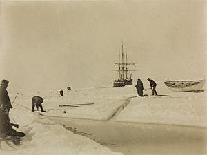 """Uidentifiserte personer skjærer opp is rundt """"Belgica"""".jpg"""