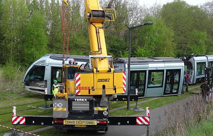 Valenciennes & Anzin - Déraillement de la rame de tramway n° 17 à la sortie du dépôt de Saint-Waast le 11 avril 2014 (003).JPG