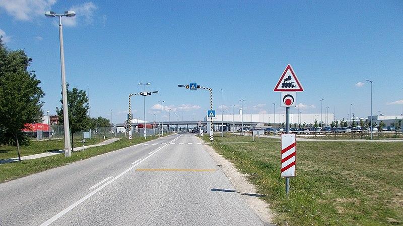 File:Vasúti átjáró előjelző tábla az Audi 5-ös porta felé nézve, 2018 Győr.jpg