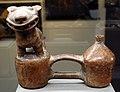 Vicus (perù), bottiglia a doppio corpo con giaguaro fischiante, 100-200 ac ca.jpg