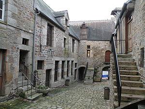 Villedieu-les-Poêles - Cour du Foyer 02.jpg