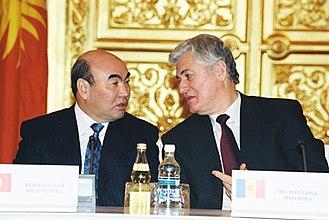 Askar Akayev - Akayev with Moldovan President Vladimir Voronin in Moscow in 2001.