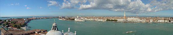 Le Grand Canal de Venise depuis l'église San Giorgio Maggiore, face au campanile de la place Saint-Marc et au palais des doges