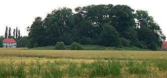 County of Wölpe - Heute nur noch ein überwucherter Burghügel, links das Amtsgerichtsgebäude