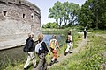 Wandelaars bij het torenfort Uitermeer, onderdeel van de Nieuwe Hollandse Waterlinie - Weesp - 20429710 - RCE.jpg
