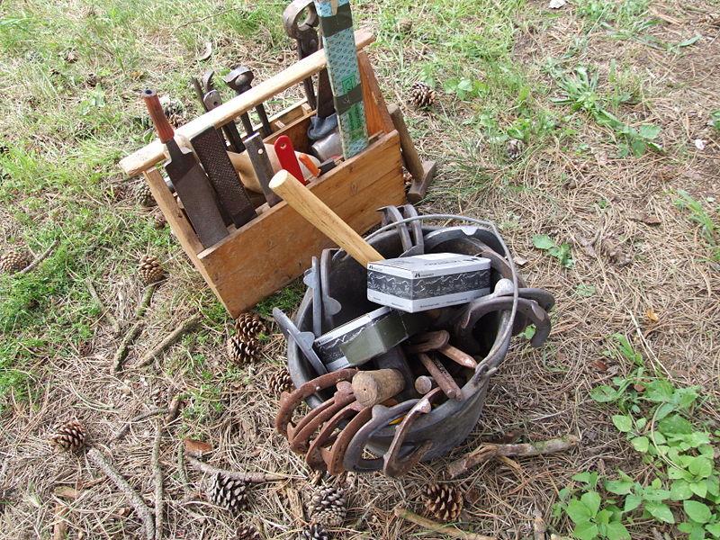 Datei:Werkzeug eines Hufschmiedes.JPG