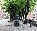 Wismar, an der Nikolaikirche, Allee mit Denkmal in der Mitte, rechts die Grube.JPG