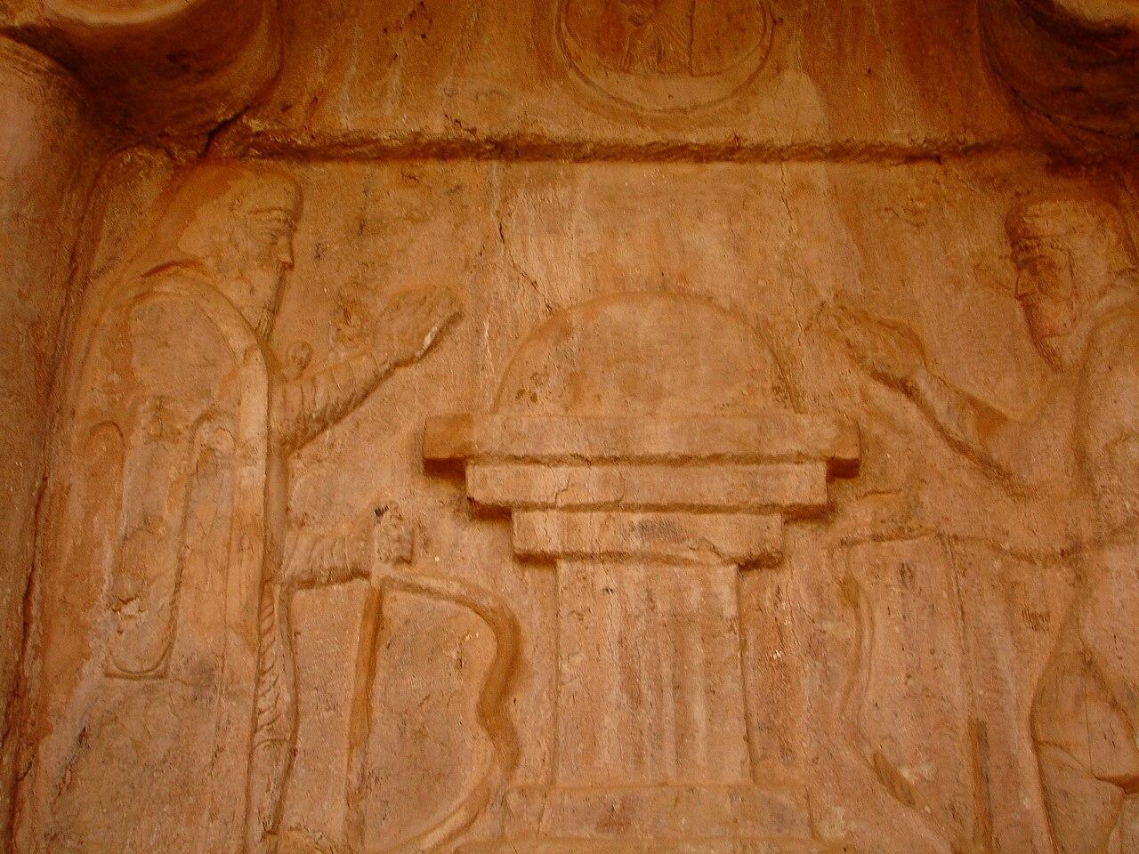 نقش برجسته سردر مقبرهٔ صخرهای قزقاپان. فرد سمت راست احتمالاً هووخشتره (کیاکسار) است.