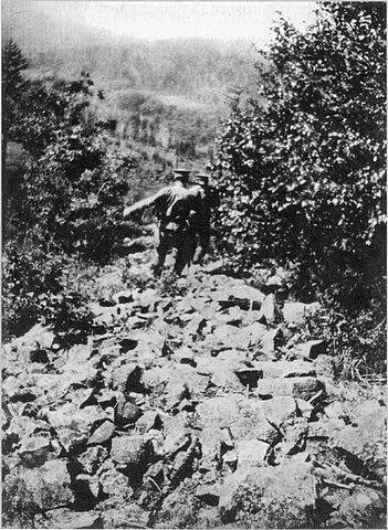 Спуск по осыпи. Фотография В. К. Арсеньева
