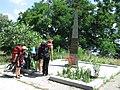 Школяри біля пам'ятного знаку на місці подвигу Парамонова К. Ю. біля с. Розумівка.jpg