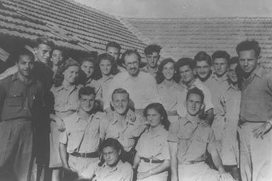 """בגין (במרכז) עם משוחררי אצ""""ל, 1948"""