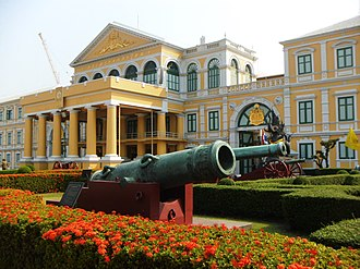 Ministry of Defence headquarters (Thailand) - The building in 2016, showing the pediment (with later-added portico) and cannons in the foreground