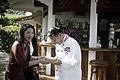 นางพิมพ์เพ็ญ เวชชาชีวะ ภริยา นายกรัฐมนตรีมอบของที่่ระล - Flickr - Abhisit Vejjajiva.jpg