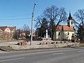 1848-49-es emlékmű és a Római katolikus templom, 2019 Aszód.jpg