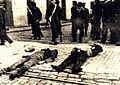 1903, Valparaíso, Huelga Portuaria - Dos de siete muertos frente a El Mercurio de Valparaíso.jpg