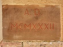 Plaque de pierre portant l'inscription « A. D. MCMXXXII » (Anno Domini 1932).
