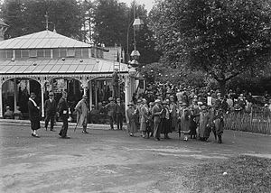 Llandrindod Wells - A gathering of people at the Rock Park Pump House, Llandrindod, 1920s
