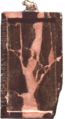 Tablette rectangulaire de petite dimension, de couleur rosée et marron, avec des symboles écrits verticalement sur le côté gauche.
