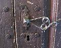 Abbazia di passignano, portale del xv sec del monastero 08 maniglia.JPG
