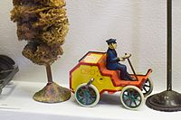 Antique wind-up toy car (24892176413).jpg