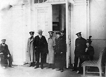 В. К. Арсеньев (слева) и Фритьоф Нансен на железнодорожном вокзале Хабаровска 23 сентября 1914 г. (фрагмент фотографии)