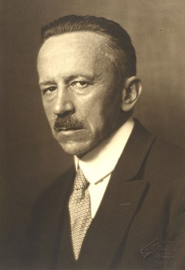 August von Hayek (1871–1928) 1927 © Georg Fayer (1892–1950).jpg