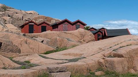 Beach huts at Stångehuvud 1.jpg