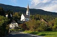 Berg im Drautal mit Blick zur Kath. Pfarrkirche Maria Geburt, Kärnten.jpg